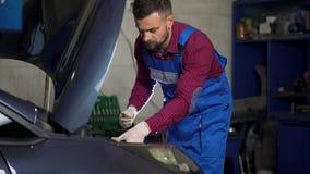 汽车服务、修理、维护和人概念-工作在车间的汽车机械师 股票视频