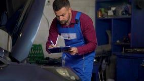 汽车服务、修理、维护和人概念-技工检查进行的工作的质量 股票视频