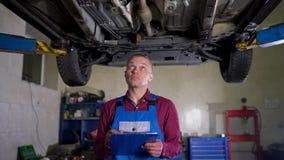 汽车服务、修理、维护和人概念-技工检查进行的工作的质量 股票录像