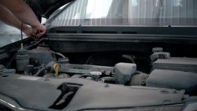 汽车服务、修理、维护和人概念-有运转在车间工作者的板钳和灯的技工人 股票视频