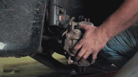 汽车服务、修理、维护和人概念-有运转在车间工作者的板钳和灯的技工人 影视素材
