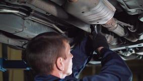 汽车服务、修理、维护和人概念-有运转在车间的板钳和灯的技工人 股票录像