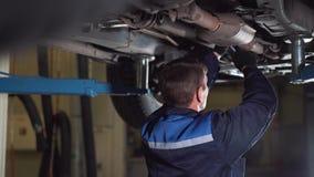 汽车服务、修理、维护和人概念-有运转在车间的板钳和灯的技工人 影视素材
