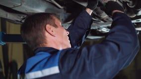 汽车服务、修理、维护和人概念-有运转在车间的板钳和灯的技工人 股票视频