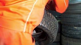 汽车服务的工作者修理轮胎-机械车间 影视素材