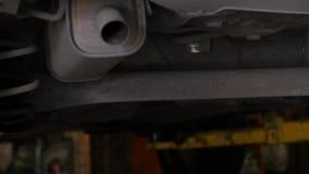 汽车服务-汽车的底部在一种推力的在车间 4K 股票录像