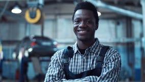 汽车机械师佩带的镶边衬衣微笑 股票视频