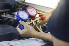 汽车机械师使用在空气压缩机,液体的一个压力表 库存图片