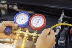 汽车机械师使用在空气压缩机,液体的一个压力表 库存照片
