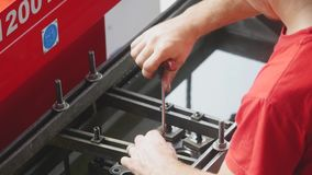 汽车机械师修理引擎在汽车维修车间 影视素材