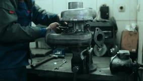 汽车机械师修理蒸气增压器 股票视频