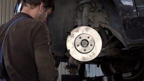 汽车机械师加强汽车闸圆盘和垫 影视素材