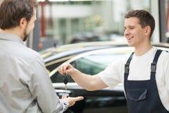 汽车机械师和顾客。 免版税库存图片