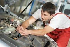汽车机械师在工作 免版税库存图片