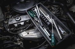汽车机械师工具有引擎的 免版税图库摄影
