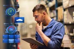 汽车机械师或匠与片剂个人计算机在车间 库存照片