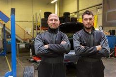 汽车机械师或轮胎更换者在汽车购物 库存图片