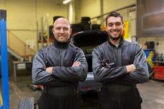 汽车机械师或轮胎更换者在汽车购物 免版税图库摄影