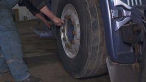 汽车机械师改变的卡车轮子 股票视频