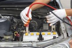 汽车机械师的手 汽车修理公司 免版税库存照片