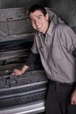 汽车机械师维修服务微笑 免版税库存照片