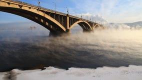 汽车桥梁在冬天早晨 股票录像