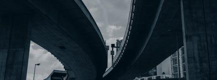 汽车桥梁在天空背景的一个城市环境里 免版税库存照片