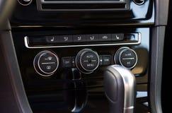 汽车气候与双重调整的控制旋钮 免版税库存照片