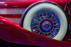 汽车汽车减速火箭的乌贼属葡萄酒 奔驰车备用轮胎 图库摄影