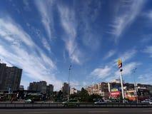 汽车沿基辅的路面驾驶,有商店和公寓 免版税库存照片