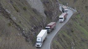 汽车沿着走山路 在蛇纹石的卡车驱动在乔治亚 交通运输 股票视频