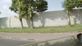 汽车沿高坚实金属篱芭乘坐 影视素材