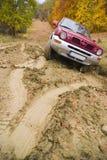 汽车泥泞的路停留 免版税库存图片
