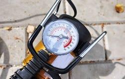 汽车泵浦 自动汽车压缩机将帮助您抽空气不仅在您的汽车轮子,而且抽球, 库存图片
