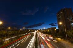 汽车流程在晚上 免版税库存图片