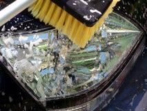 汽车清洁日车灯洗涤 免版税库存图片