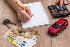 汽车玩具和钥匙与计算器和欧洲金钱 免版税库存照片
