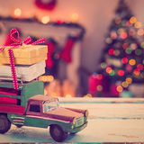 汽车玩具的综合图象木表面上的 免版税库存照片