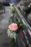 汽车玫瑰色婚礼 免版税库存照片