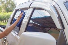 汽车玻璃雨珠农村地形 免版税库存图片