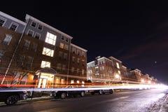 汽车由公寓复合体驾驶在晚上 图库摄影