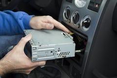 汽车电工放汽车收音机入汽车收音机口袋 连接收音机 免版税库存照片