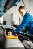 汽车电工检查电池水平 库存照片