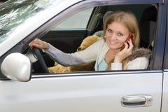汽车电池她的电话妇女年轻人 免版税图库摄影