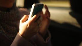 汽车电话使用的女孩 股票录像