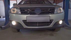 汽车留下汽车推力在服务站 股票录像