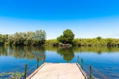 汽车的一条轮渡横跨河,塔拉贡纳, Catalunya,西班牙 复制文本的空间 库存照片