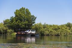 汽车的一条轮渡横跨河,塔拉贡纳, Catalunya,西班牙 复制文本的空间 免版税库存照片