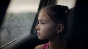 汽车的儿童女性在下雨中 影视素材