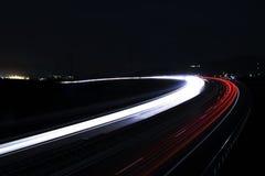 汽车的光在街道长的曝光落后 免版税图库摄影